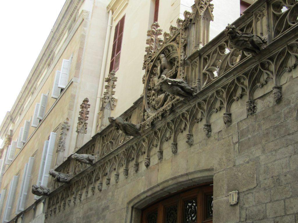 Драконы горгульи Барселона